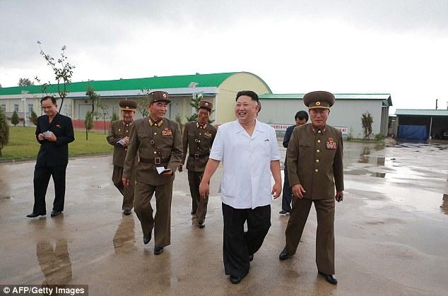 Kim Jong-un tươi như hoa dẫn tướng lĩnh đi thăm nhà máy - 2