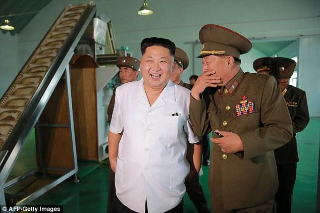 Kim Jong-un tươi như hoa dẫn tướng lĩnh đi thăm nhà máy - 1