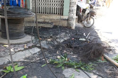 Cột điện bất ngờ bốc cháy, người dân ôm con tháo chạy - 3
