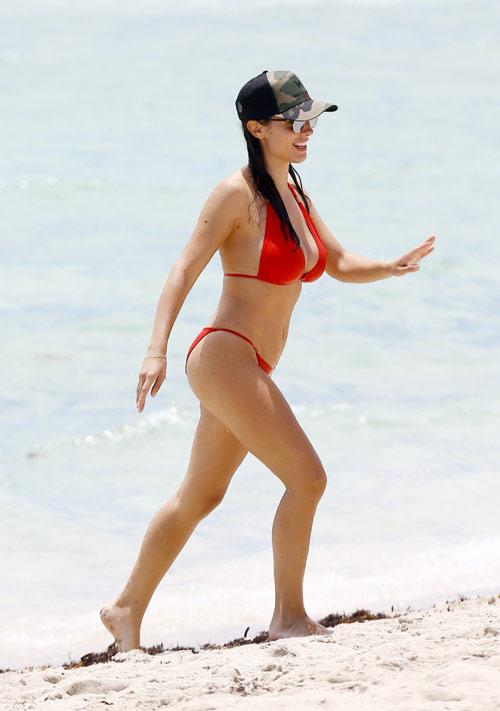 Vợ Sagna khoe vẻ đẹp vạn người mê ở bãi biển Miami - 2