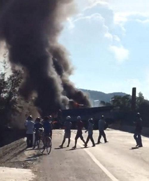 Clip: Xe chở xăng tông container, 2 xe bốc cháy dữ dội - 2