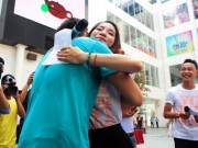 Bạn trẻ - Cuộc sống - Giới trẻ HN ôm người lạ trên phố dưới tiết trời 38 độ