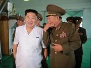 Kim Jong-un tươi như hoa dẫn tướng lĩnh đi thăm nhà máy