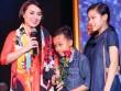 Hồ Văn Cường rụt rè bên mẹ nuôi Phi Nhung trên sân khấu