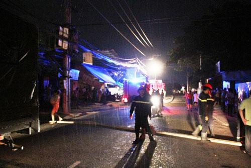 """Trời đổ mưa, cơ sở tráng nhựa ở SG thoát khỏi """"bà hỏa"""" - 1"""