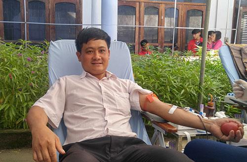 Dân bản vượt hàng trăm km đèo dốc đi hiến máu - 1