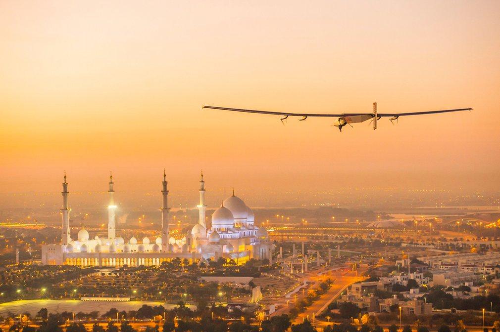 Máy bay 2,3 tấn bay vòng quanh thế giới không cần xăng - 1