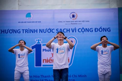 """Vũ điệu tiết kiệm nước của Lâm Vinh Hải gây """"sốt"""" - 4"""