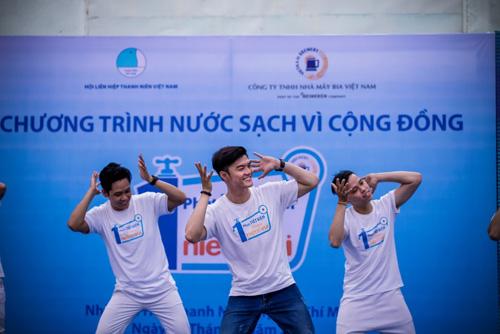 """Vũ điệu tiết kiệm nước của Lâm Vinh Hải gây """"sốt"""" - 5"""