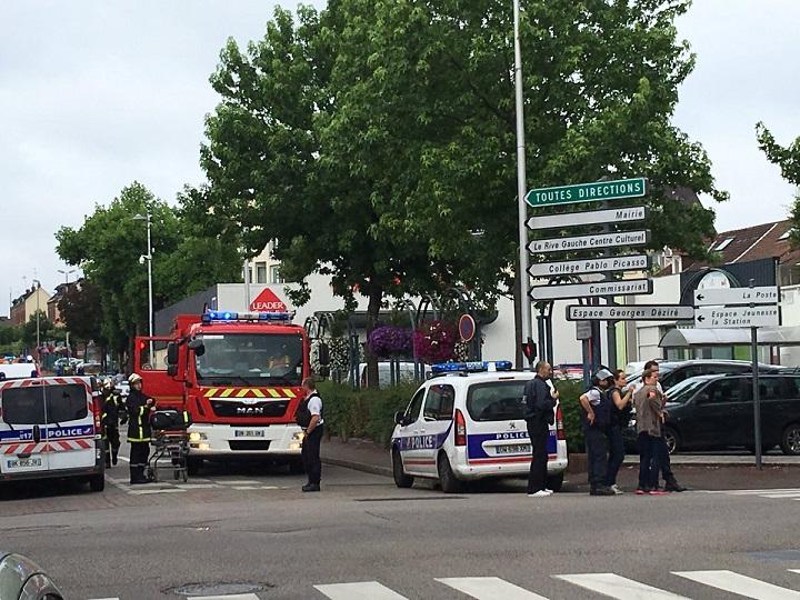 Pháp: Hai kẻ cầm dao bắt cóc linh mục và cắt cổ - 1