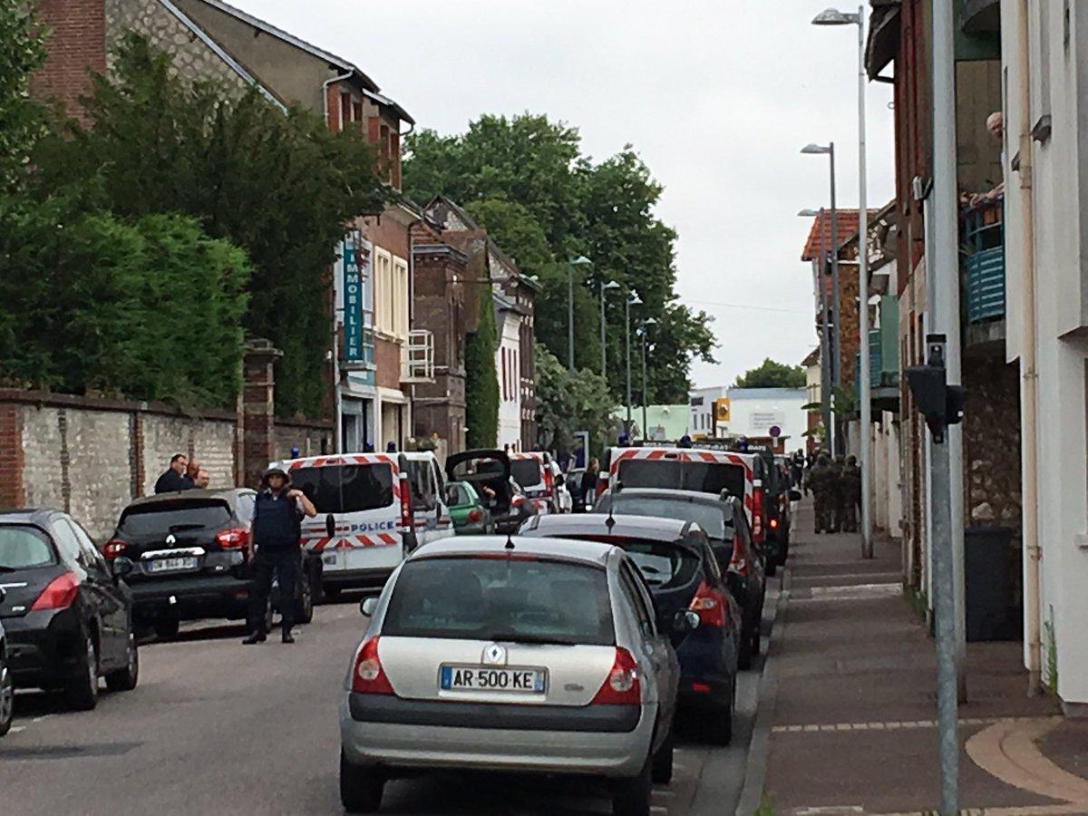 Pháp: Hai kẻ cầm dao bắt cóc linh mục và cắt cổ - 2