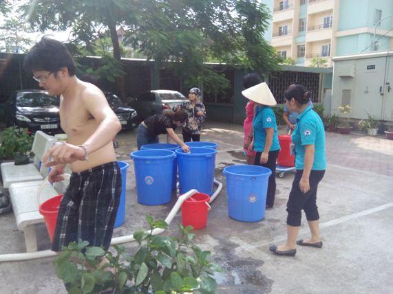 Người HN nhịn tắm, đi vệ sinh nhờ vì mất nước 3 tháng ròng - 1