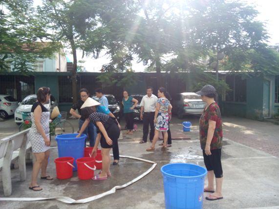 Người HN nhịn tắm, đi vệ sinh nhờ vì mất nước 3 tháng ròng - 3