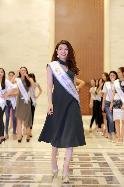 Chuyên gia Mỹ dạy thí sinh Hoa hậu Bản sắc Việt đi catwalk - 3