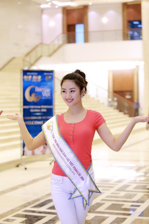 Chuyên gia Mỹ dạy thí sinh Hoa hậu Bản sắc Việt đi catwalk - 2