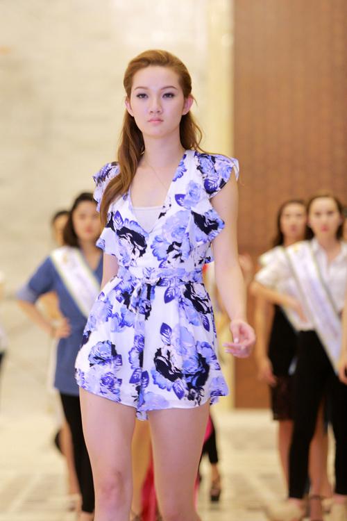 Chuyên gia Mỹ dạy thí sinh Hoa hậu Bản sắc Việt đi catwalk - 1
