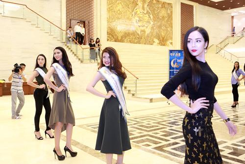 Chuyên gia Mỹ dạy thí sinh Hoa hậu Bản sắc Việt đi catwalk - 4
