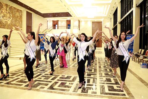 Chuyên gia Mỹ dạy thí sinh Hoa hậu Bản sắc Việt đi catwalk - 5
