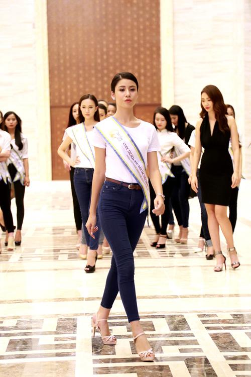 Chuyên gia Mỹ dạy thí sinh Hoa hậu Bản sắc Việt đi catwalk - 8