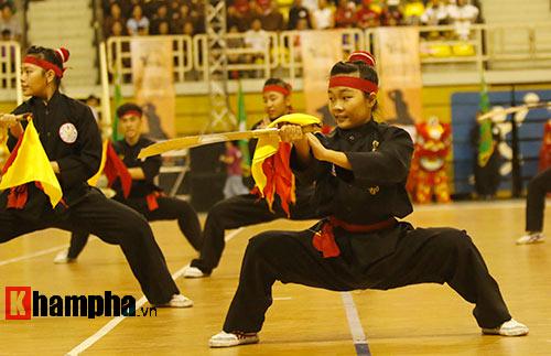 Nữ võ sỹ Tây múa kiếm, đánh côn ở giải võ Việt Nam - 15