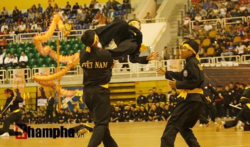 Nữ võ sỹ Tây múa kiếm, đánh côn ở giải võ Việt Nam - 13
