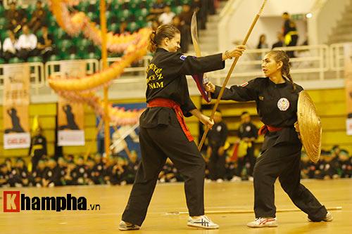 Nữ võ sỹ Tây múa kiếm, đánh côn ở giải võ Việt Nam - 10