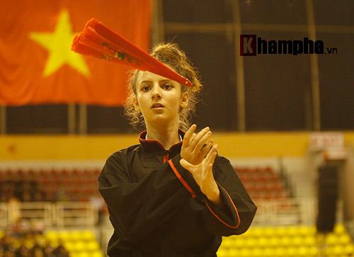 Nữ võ sỹ Tây múa kiếm, đánh côn ở giải võ Việt Nam - 11