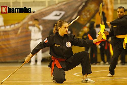 Nữ võ sỹ Tây múa kiếm, đánh côn ở giải võ Việt Nam - 5