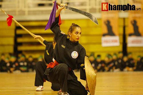 Nữ võ sỹ Tây múa kiếm, đánh côn ở giải võ Việt Nam - 6