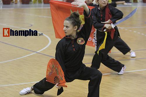 Nữ võ sỹ Tây múa kiếm, đánh côn ở giải võ Việt Nam - 7
