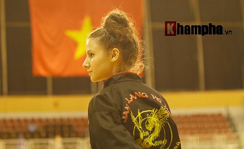 Nữ võ sỹ Tây múa kiếm, đánh côn ở giải võ Việt Nam - 8