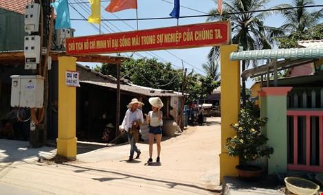 Du khách nườm nượp đổ về 'làng bích họa' kỳ lạ ven biển Tam Kỳ - 7