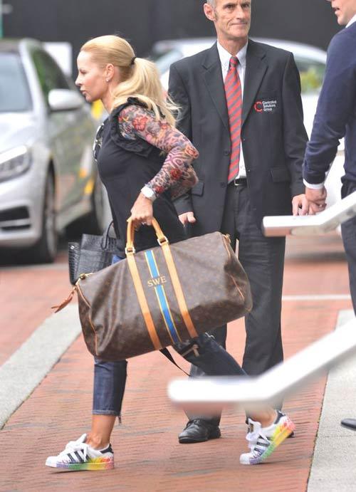 MU: Vợ chồng Ibra vất vả tìm khách sạn ở Manchester - 2