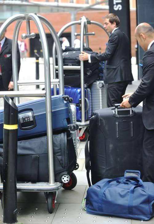 MU: Vợ chồng Ibra vất vả tìm khách sạn ở Manchester - 3