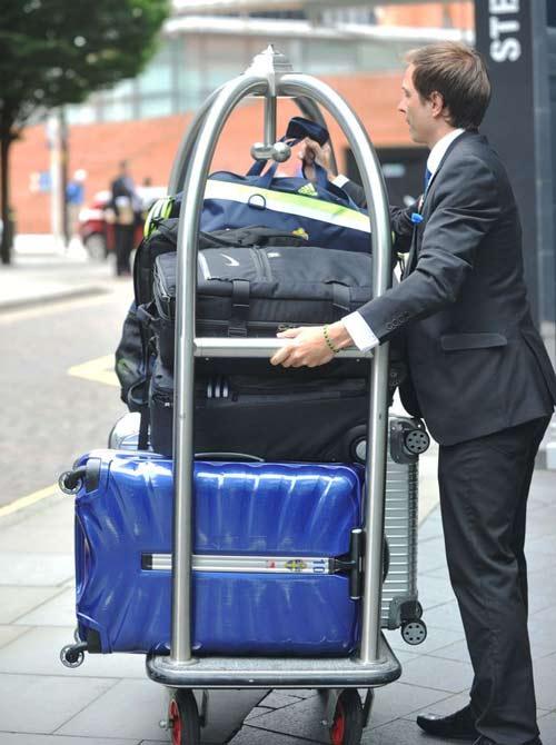 MU: Vợ chồng Ibra vất vả tìm khách sạn ở Manchester - 7