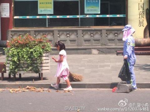 Cảm động bé gái giúp mẹ lao công quét rác trên phố - 1
