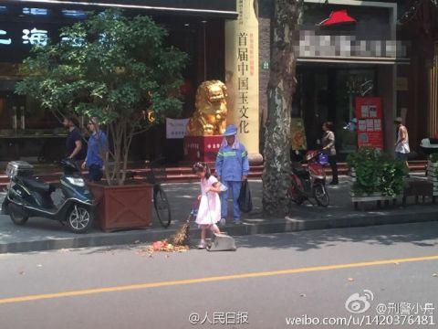 Cảm động bé gái giúp mẹ lao công quét rác trên phố - 2