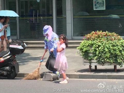 Cảm động bé gái giúp mẹ lao công quét rác trên phố - 3