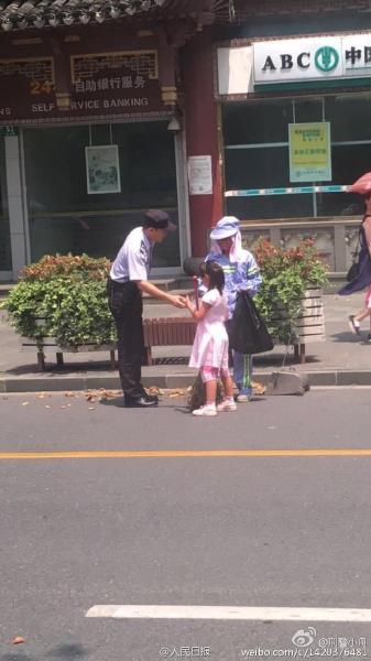 Cảm động bé gái giúp mẹ lao công quét rác trên phố - 4