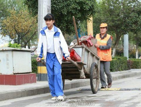 Cảm động bé gái giúp mẹ lao công quét rác trên phố - 5