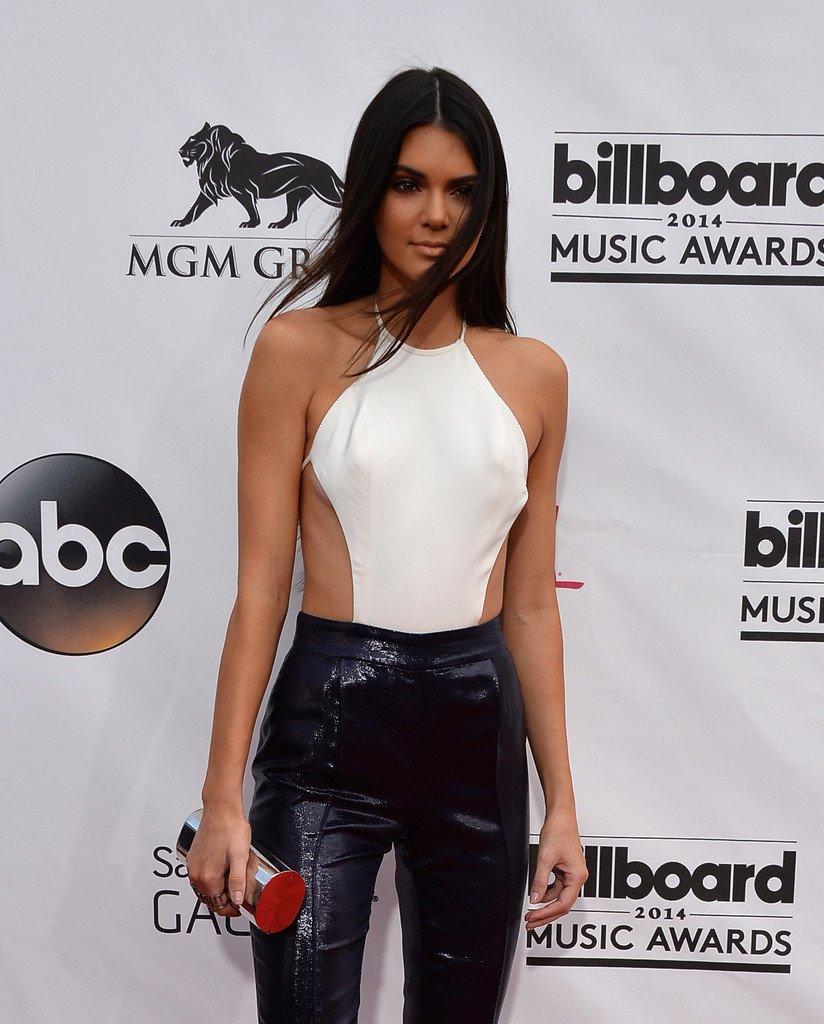 """Kendall Jenner thích mặc """"thả rông"""" để sexy hơn - 6"""