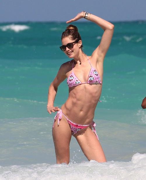 Ngắm loạt sao Hollywood sexy với bikini bé xíu - 1