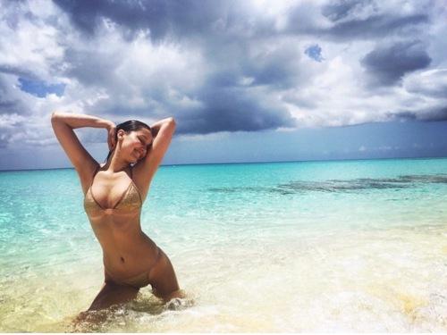 Ngắm loạt sao Hollywood sexy với bikini bé xíu - 9