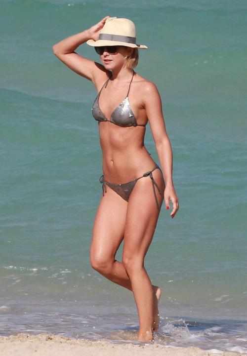 Ngắm loạt sao Hollywood sexy với bikini bé xíu - 10
