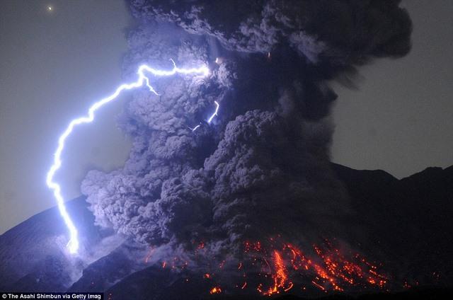 Kì vĩ sét đánh quanh núi lửa ở Nhật Bản - 1