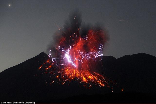 Kì vĩ sét đánh quanh núi lửa ở Nhật Bản - 2