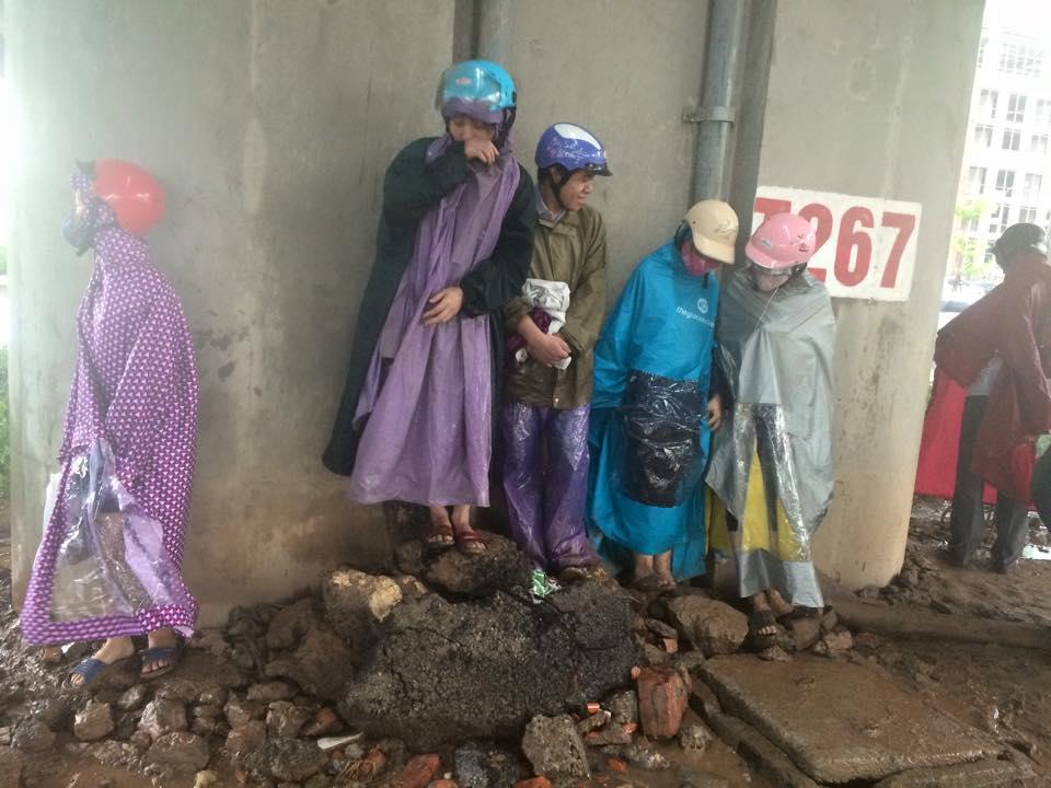 Gió mạnh, mưa lớn, người dân Hà Nội vứt xe tìm chỗ trú - 5