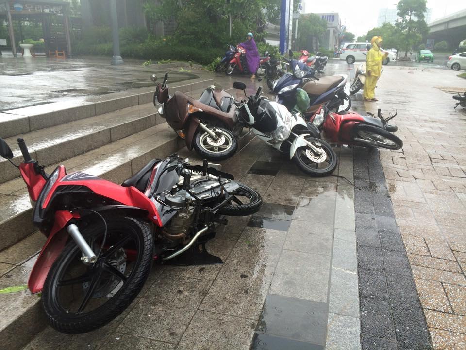 Gió mạnh, mưa lớn, người dân Hà Nội vứt xe tìm chỗ trú - 3