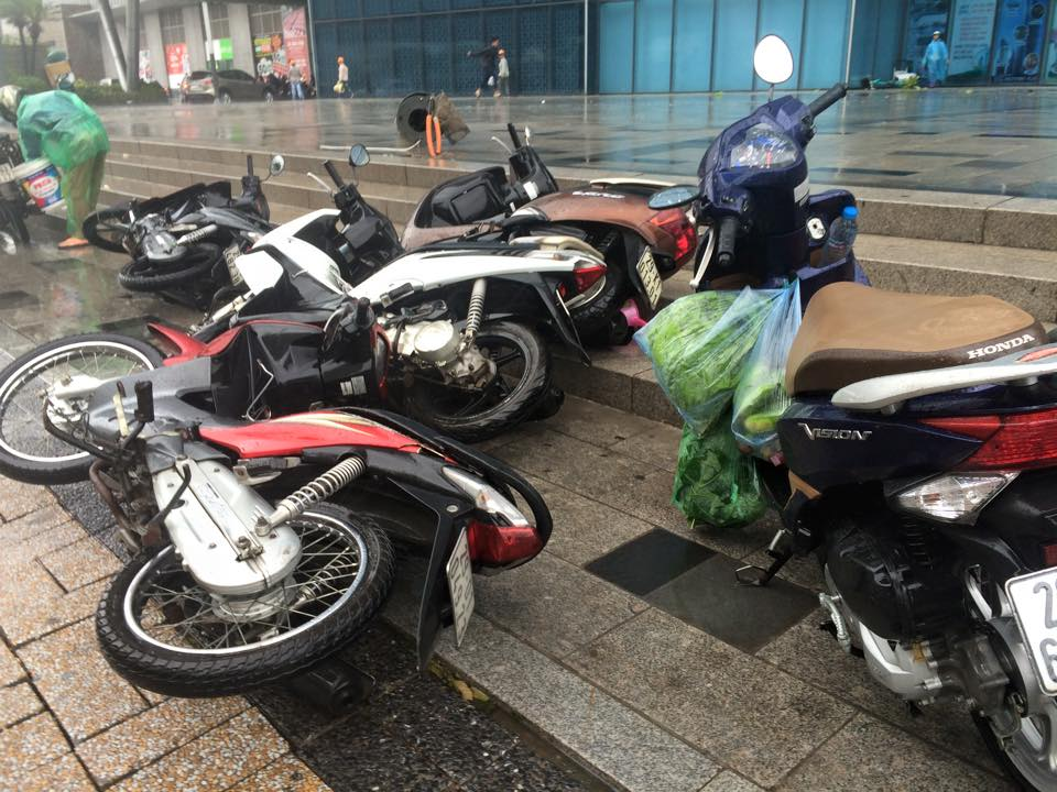 Gió mạnh, mưa lớn, người dân Hà Nội vứt xe tìm chỗ trú - 4