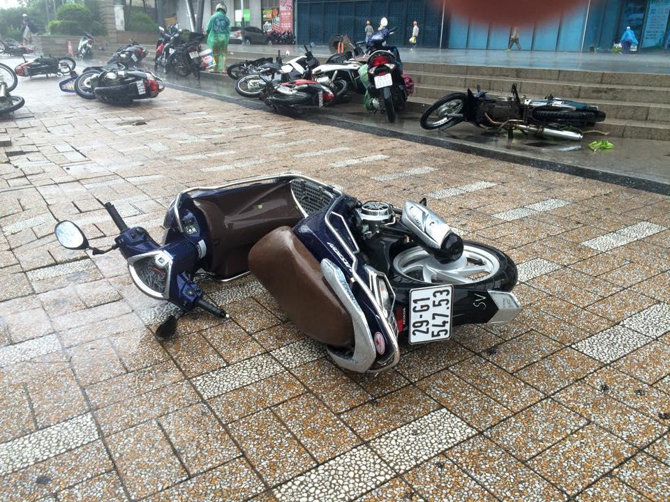 Gió mạnh, mưa lớn, người dân Hà Nội vứt xe tìm chỗ trú - 2
